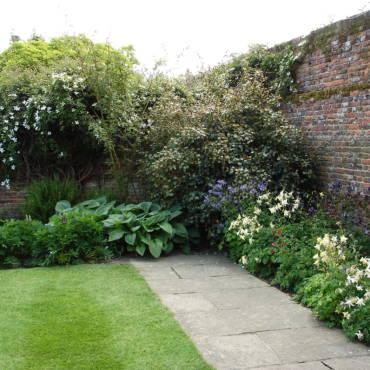 Как правильно сделать цветник: 5 примеров выбора места для цветника в саду